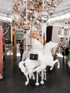ny, saks fifth avenue, carrousel, total white outfit, instagrammable places, rockefeller center