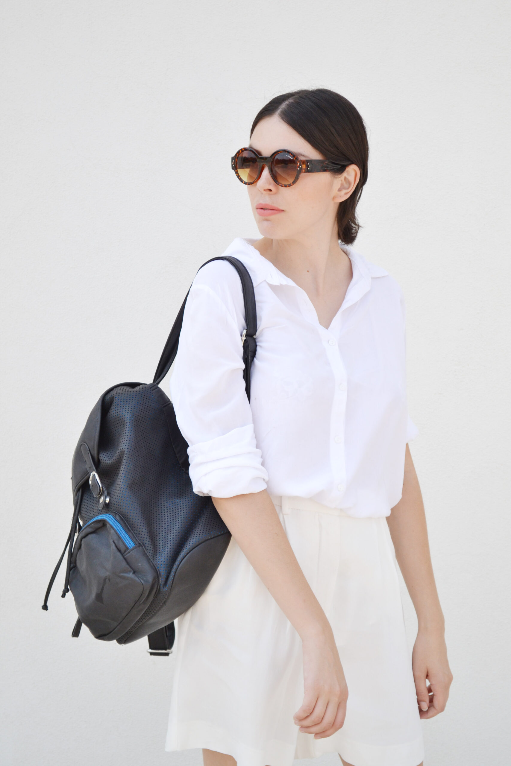 total white outfit, white bermudas, white shorts, zara, espadrilles, black, leather, backpack, round sunglasses, daniela soriano