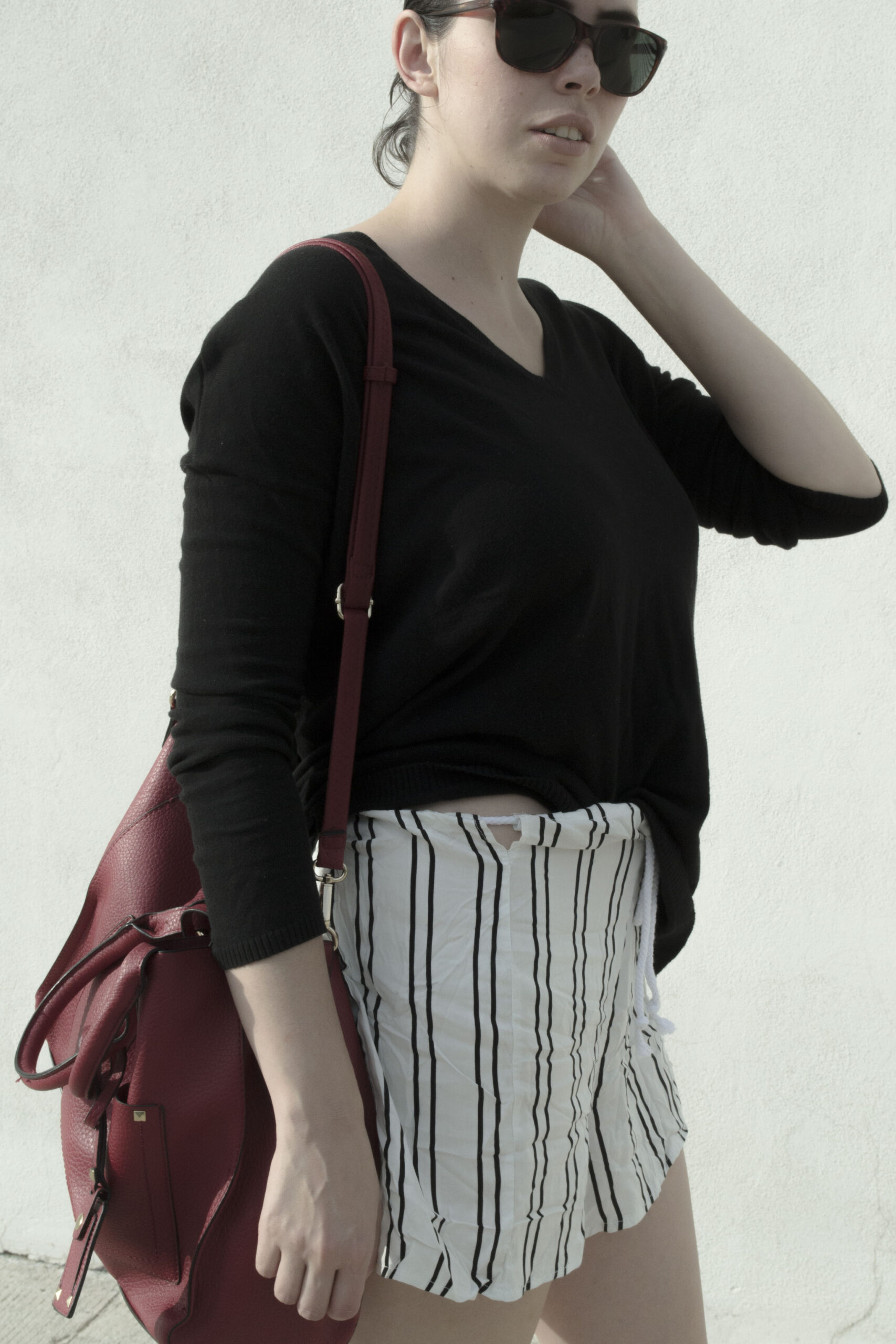 daniela soriano, outfit, indian summer, v neck sweater, black, zara, striped shorts, black and white stripes, gold slip on sneakers, metallic, big bag, red bag,