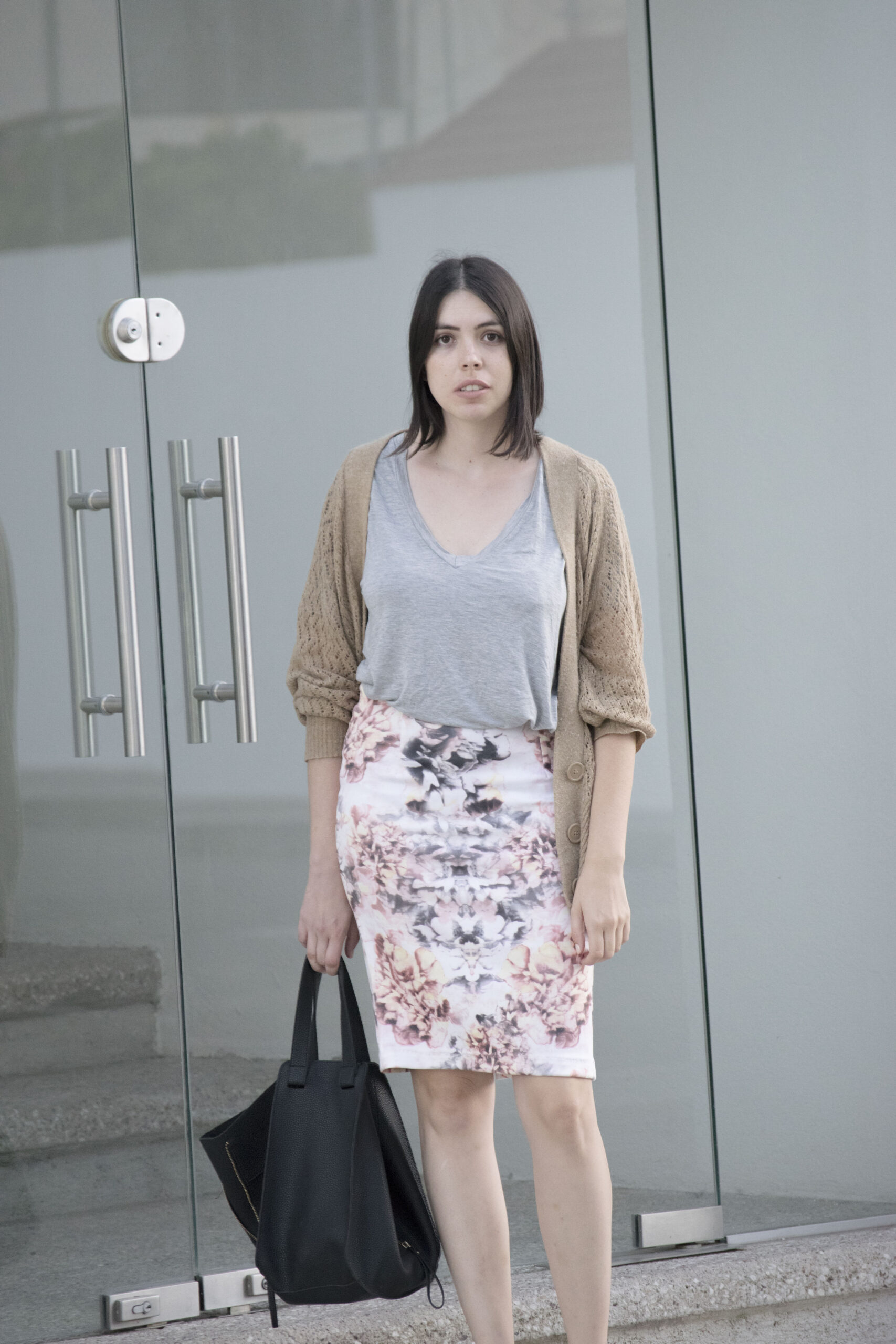 daniela soriano, outfit, white canvas sneakers, black bag, loewe bag, dupe, camel cardigan, open cardigan, pencil skirt, printed, floral print, outfit, ideas,