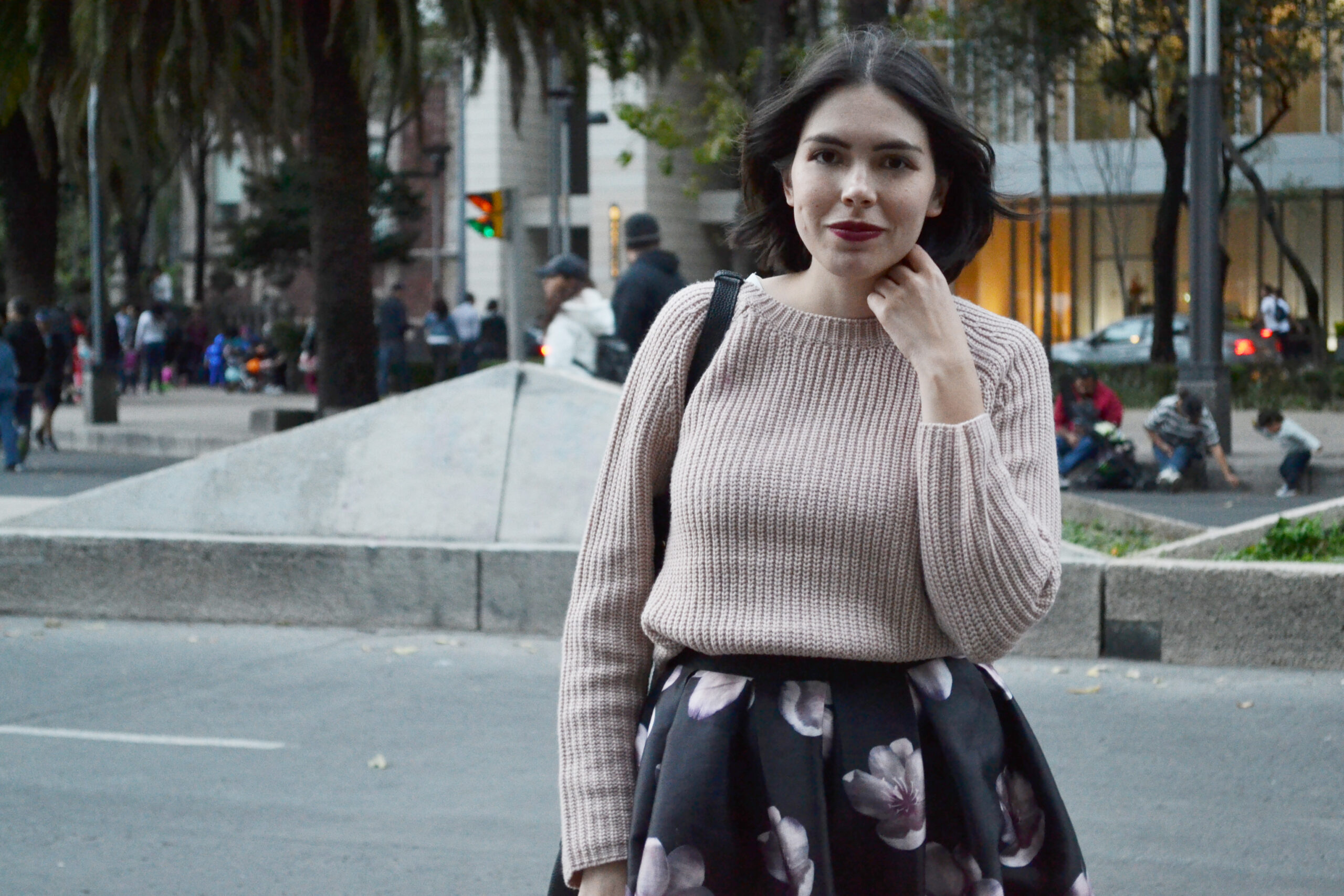 daniela soriano, outfit, mexico city, reforma, full skirt, midi skirt, flower print, sneakers, nike, chunky knit, pink, light pink, forever21, outfit ideas