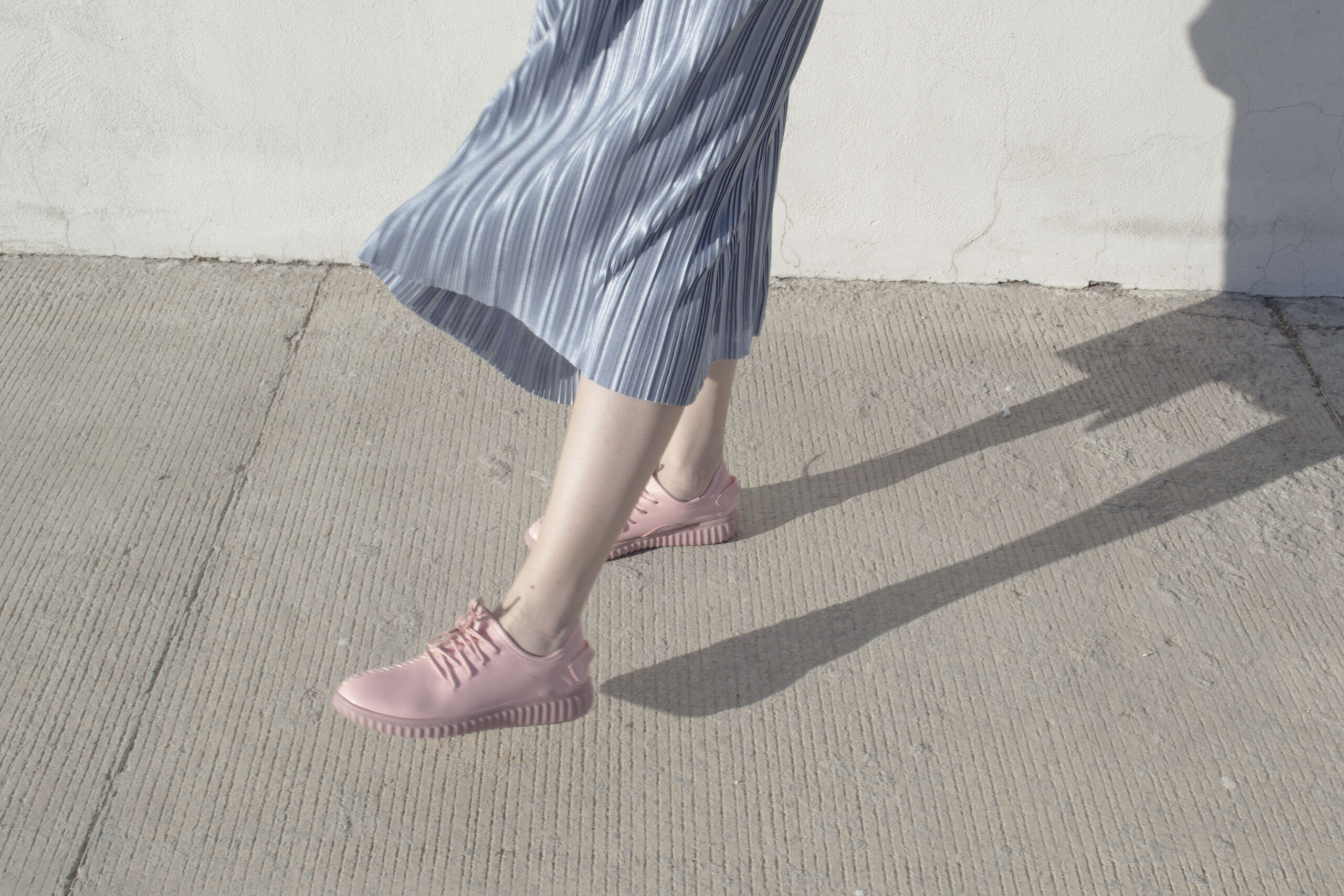 daniela soriano, outfit, ideas, silver skirt, metallic skirt, pleated, joy division tshirt, leather jacket, vegan leather, millenial pink, sneakers, sammydress,