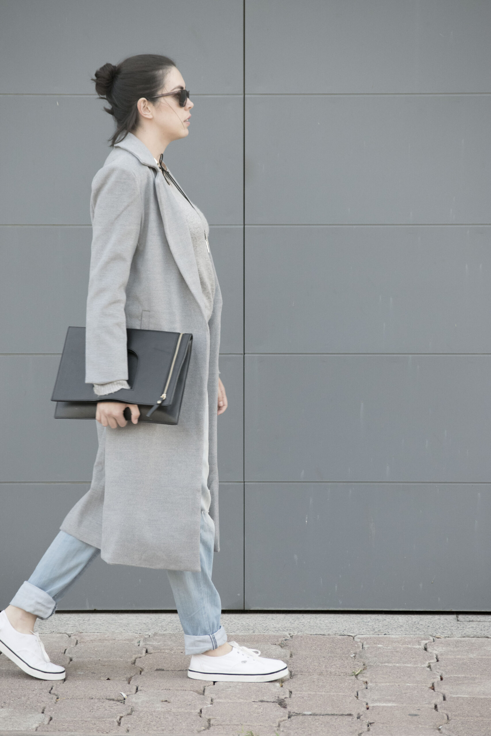 gray coat, duster coat, long coat, grey, cashmere sweater, choker, silver, clutch, boyfriend jeans, minimal, white canvas sneakers, outfit, ideas, daniela soriano